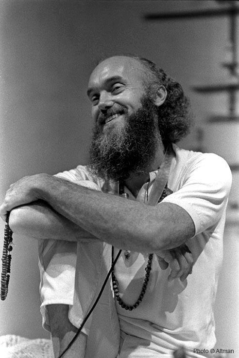 """""""Be here now."""" - Ram Dass, alias Richard Alpert (* 6. April 1931) war zunächst Psychologie-Professor an der Harvard-Universität, bevor er Hindu wurde und aufgrund von bewusstseinserweiternden Experimenten bekannt wurde. Leider sind kaum Bücher von ihm ins Deutsche übersetzt worden."""