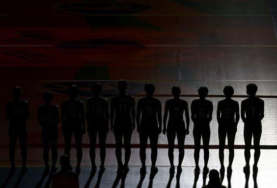El equipo japonés de voleibol posa antes del partido frente a Corea del Sur en…