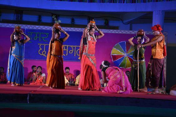 """गरियाबंद की संस्था रंग सरोवर के कलाकार श्री भूपेन्द्र साहू एवं साथियों ने """"हमर छत्तीसगढ़"""" लोकमंच पर सांस्कृतिक संध्या में रंगारंग कार्यक्रम पेश किया. महतारी के कोरा गीत से शुरुआत कर माँ वसुंधरा की वन्दना की. अरपा पैरी के धार, देवी गंगा लहर तुरंगा, सुआ गीत तरिहरी ना मोर ना ना, रावत नाच की प्रस्तुति कर खूब लुभाया. बीजापुर, सुकमा एवं दंतेवाड़ा जिले के पंचायत प्रतिनिधियों ने देर शाम तक लोकगीतों का आनन्द लिया."""