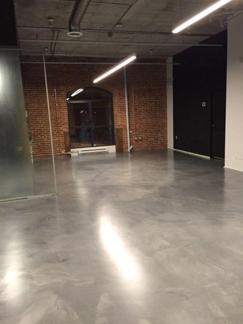 Un Magnifique Plancher En Epoxy Metallise Pour Un Chez Soi Unique Floor Flooring Design Appartement Plancher Epoxy Plancher Beton Plancher