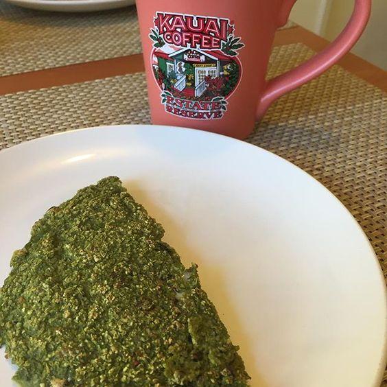 Bom dia!!! Me deu vontade de tapioca fake e dai eu fiz essa com um pouco de #MATCHA. Virou tapioca do Hulk recheei com queijo zero e pra acompanhar café com leite de sempre na caneca nova que ganhei da mamãe. #dia7 #escadanutricional #Dukan #dietadacamila by dietadacamila