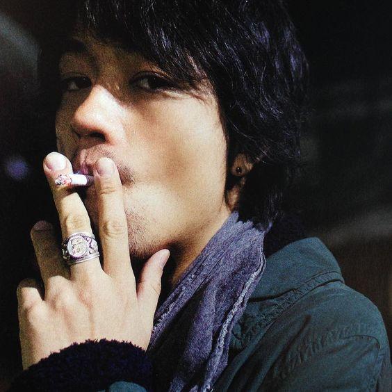煙草を吸う斎藤工