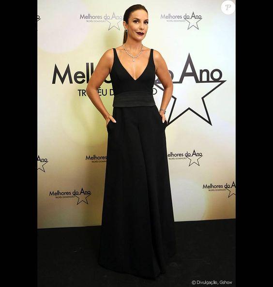 Ivete Sangalo também apostou no decote em V. A cantora escolheu o vestido Printing