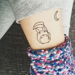 Este compañero Totoro bebé. | 27 Tatuajes de Studio Ghibli que traerán de vuelta a tu niño interior: