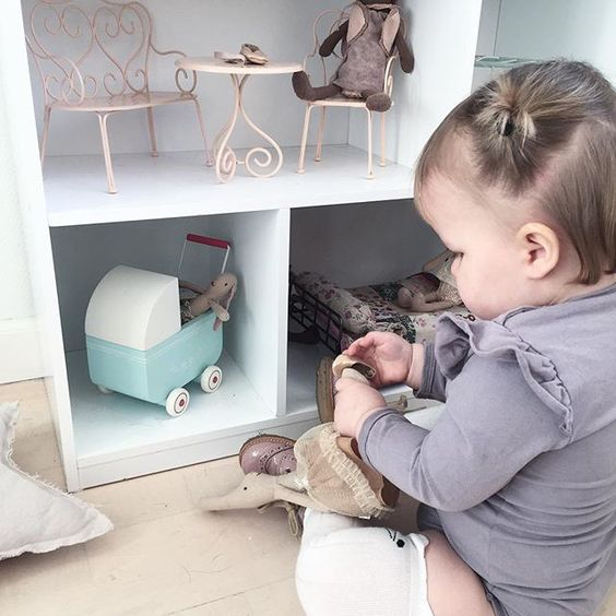 This little one is loving her new home for her maileg bunnies 💕 We have been playing with it most of the day.  #jollyroom #maileg #bunny #playtime #interior #deco #decor #bebe #baby #babygirl #babyinspo #babyfashion #smallonedk #jamiekay #babyspam #cute #cutebaby #igbabies #ig_kids #kids #kidsinspo #kidsinterior #kidsdecor #kidsroom #girlsroom #mommylife #nursery #nurserydecor #barnrumsinspo #nordic: