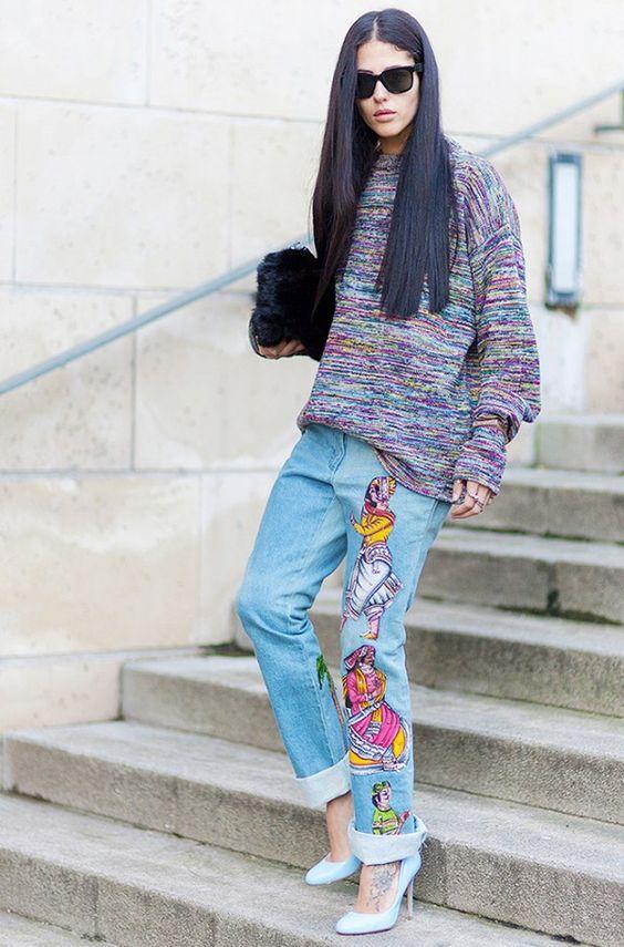 Gilda Ambrosio com calça jeans de patches.: