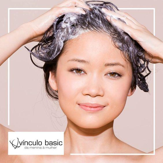 Dica ótima para quem tem cabelos oleosos: diluir o shampoo antes de aplicar no couro cabeludo e optar por um produto de qualidade, que dispense o uso frequente do condicionador.