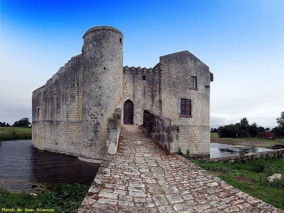 Château fort de St Jean d'Angle, 1180, Charente-Maritime #charentemaritime #chateau #patrimoine