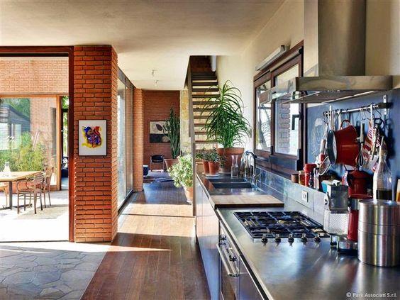 我們看到了。我們是生活@家。: 義大利PARK Associati所設計的私人住宅,座落在郊區Val Tidone山麓間