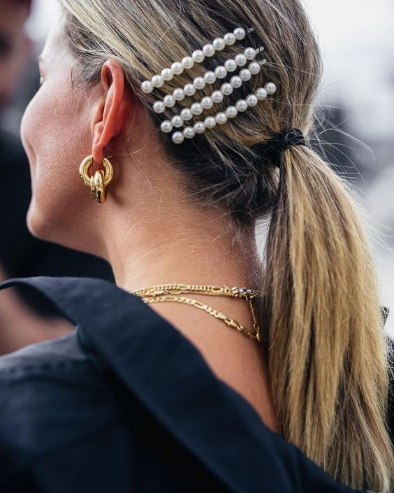 Peinado con horquillas de perlas.