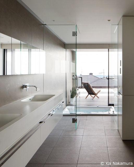 落ち着いた床タイルで統一した開放的なバスルーム S Residence 山崎