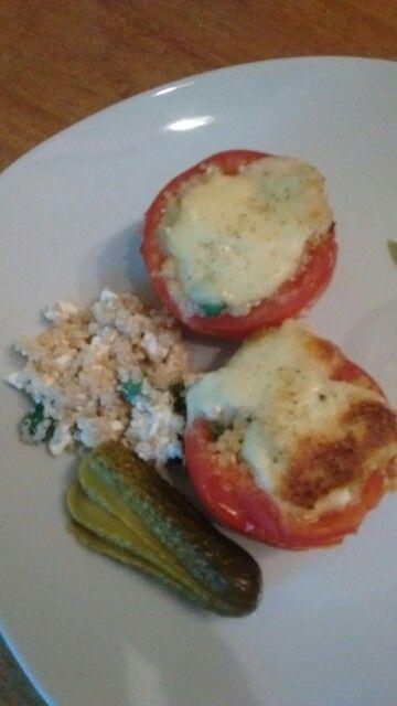 Abendessen: Tomaten gefuellt mit Quinoa/Huettenkaese und Lauchzwiebeln, ueberbacken mit Mozzarella