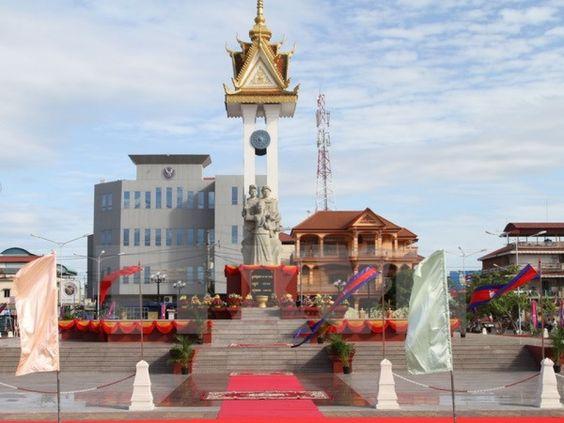 Tượng đài được xây dựng rất quy mô và hùng vĩ ở ngay trung tâm của thủ đô Phnom Penh