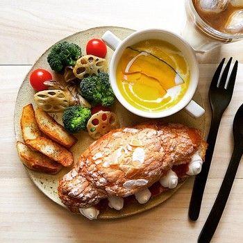 クロワッサンもサンドイッチにすると、料理した感じがぐっとアップしますね。 トマトの赤、ブロッコリーの緑、パンプキンスープの黄色の色合いがとてもきれい♡