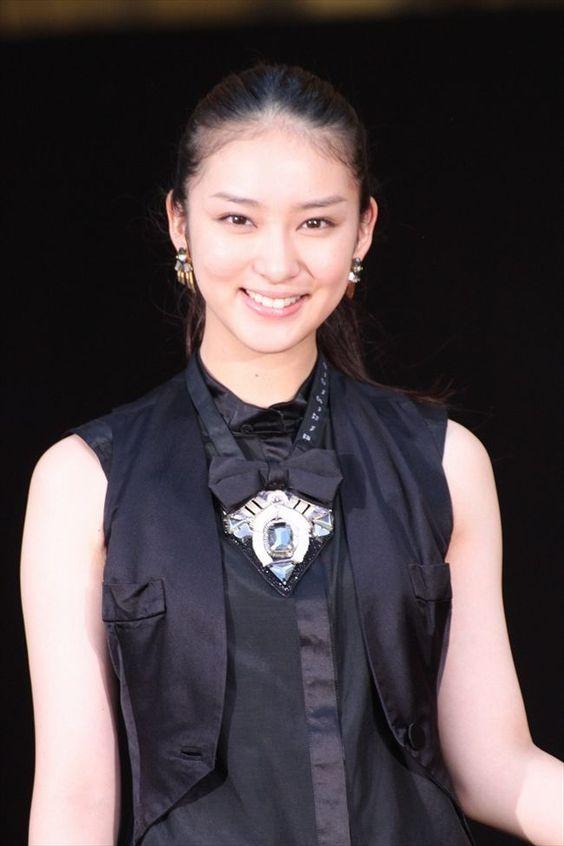 黒い服の武井咲