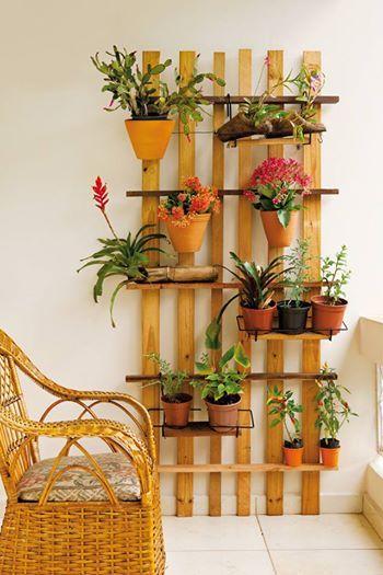 Ripas de Madeira, formam o lindo Jardim Vertical. Nele são apoiados Vasos com Flores para completar a ambientação e levar vida a Varanda Decorada ou o espaço da Casa que desejar.