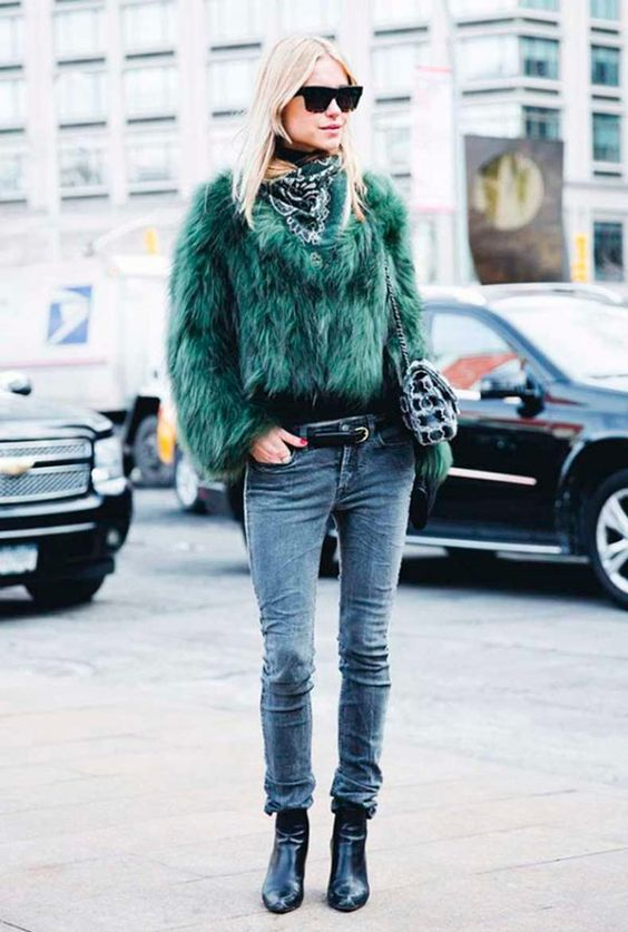 Pernille Tesbaek usa jeans, faux fur coat e botaa.