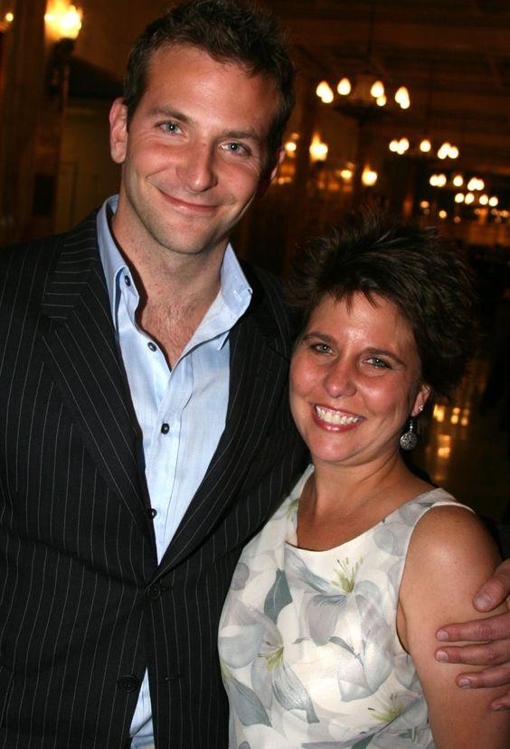 Pin for Later: Kennt ihr schon die Geschwister der Stars? Bradley und Holly Cooper Bradley's ältere Schwester hat den Schauspieler schon bei vielen Veranstaltungen begleitet - so zum Beispiel zu den Oscars in diesem Jahr.