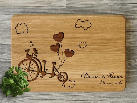 Доска кухонная с персонализированной гравировкой Ваших имен.