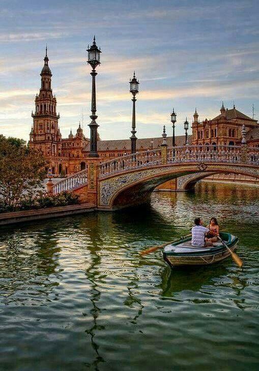 Sevilla, España. Tiene edificios y puentes con deseños goticos