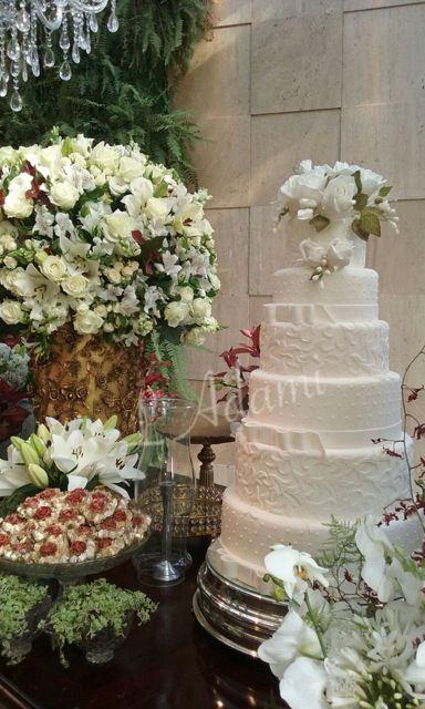 Bolo casamento em pasta americana, detalhes de laços, rendas e flores em pasta comestível
