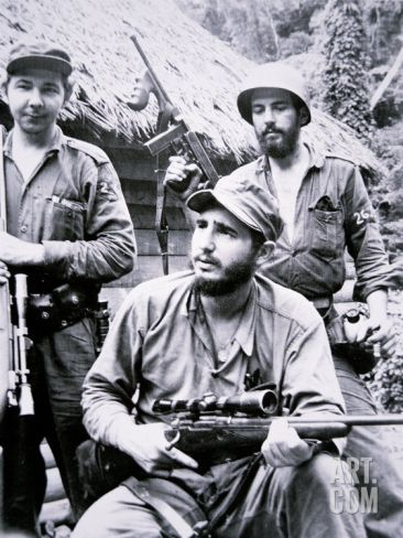 Castro y 81 seguidores desembarcan en playa Las Coloradas, cerca de Manzanillo -oriente de Cuba-, y comienza la batalla contra las tropas de Fulgencio Batista.