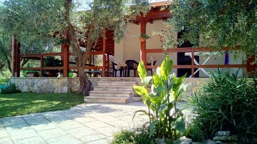 Casa Vacanza Russo Fernando Alimini Featuring free WiFi, Casa Vacanza Russo Fernando offers pet-friendly accommodation in Alimini. Lecce is 26 km from the property.  The accommodation is air conditioned and features a seating area. Some units feature a terrace and/or patio.