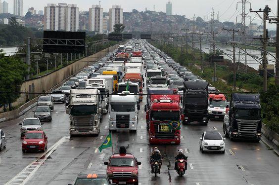 Cerca de sessenta veículos barram a Marginal Pinheiros e devem seguir para a Avenida Paulista