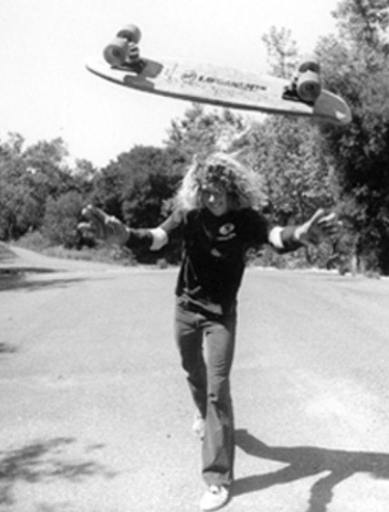 スケートボードをひっくり返す男性