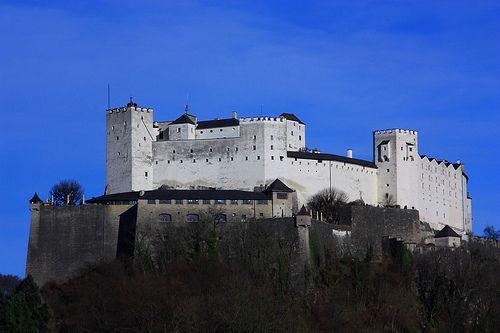 Castelo de Hohensalzburg, Áustria.Construído em 1077 pelo arcebispo Gebhard, o Castelo Hohensalzburg fica localizado na pitoresca cidade austríaca de Salisburgo e representa sua mais popular atração turística. Essa enorme fortaleza fica sobre a cidade, na colina de Festungsberg e é um dos maiores castelos medievais da Europa.