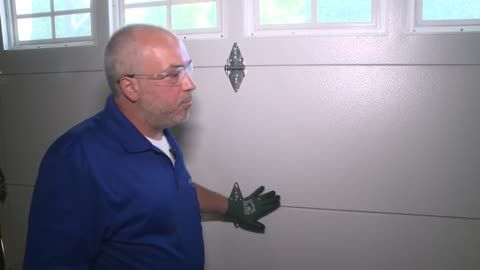 An Estimated 30k People Are Injured By Garage Doors Each Year Don T Let That Be You In 2020 Garage Doors Garage Door Safety Milwaukee News