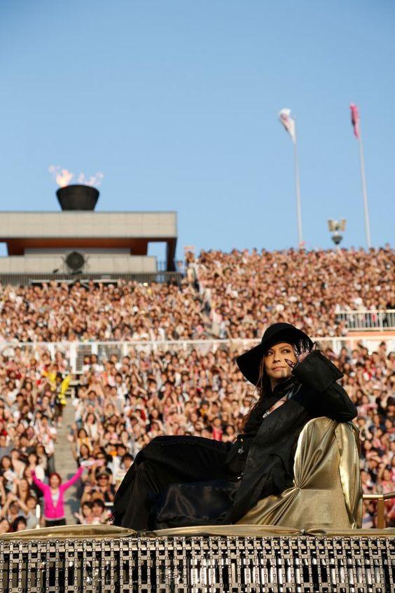 ワールドツアーでファンに囲まれているL'Arc〜en〜Ciel・hydeの画像