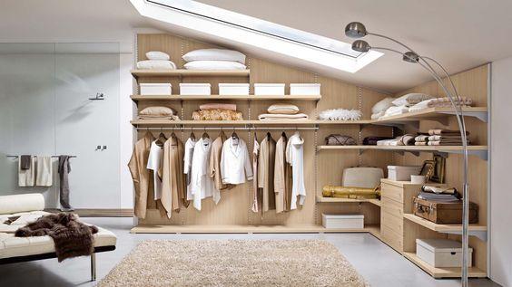 6 idee per trasformare una parte della mansarda in un guardaroba sfruttando le pareti inclinate e quelle più basse e usando scaffali e cassetti.