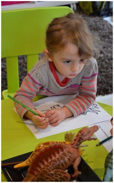 Une petite séance de graphisme ou Candice et Arthur ont pu colorier et décorer des images de dinosaures, en observnt mes petites figurines playmobil! Tyrannosaure, trycratops, que de drôles de noms! Puis nous avons peint un fond verre et bleu à la gouache,...