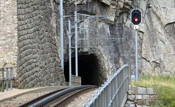 Abwärts: Die Tunneleinfahrt in der Schöllenen oberhalb der Teufelsbrücke. (©…
