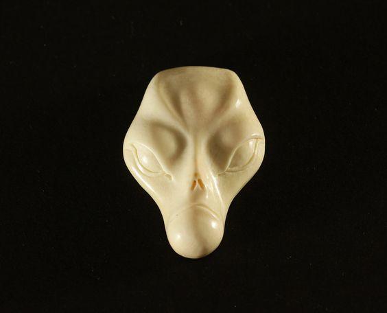 Schmuckanhänger - Der Außerirdische Anhänger Mammut Beinschnitzerei - ein Designerstück von carvingcollection bei DaWanda