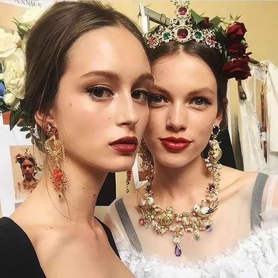 Lindeza absoluta (como sempre, vale dizer!) o make e o cabelo do desfile do Dolce & Gabbana Alta Moda que rolou ontem em Napole - delineador fininho, pele super iluminada e batom vermelho + preso com risca no meio e muitos enfeites