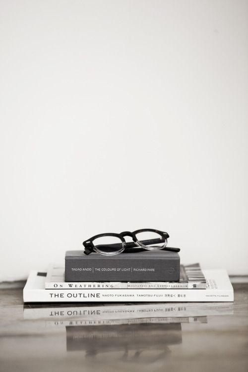 本と眼鏡のおしゃれでかっこいいスマホ壁紙