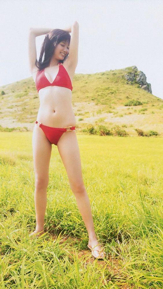 赤い水着の新川優愛