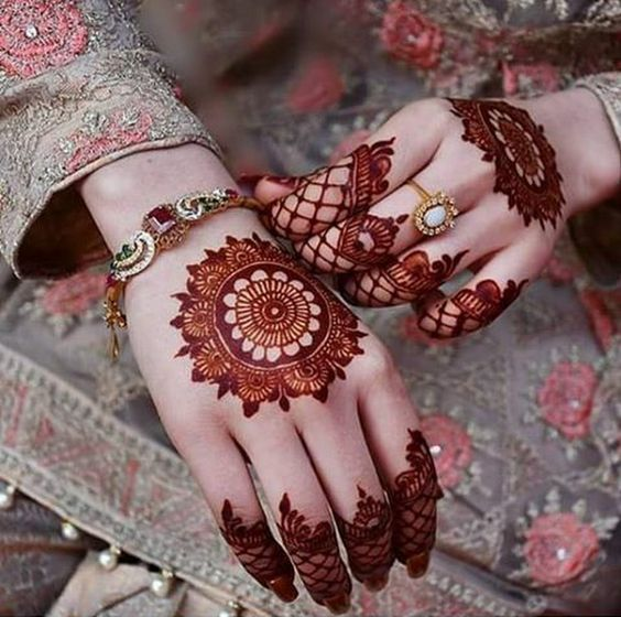 modern back hand mehndi design round