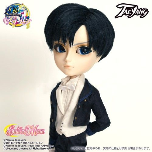 *Available Now / Accessories: Hat, Mask, Cloak, Doll Stand / Set Contents: Hat, Mask, Cloak, Choker, Shirt, Vest, Tops, Pants, Gloves, Shoes / Feeling: I'm Tuxedo Mask... and I'm one rose cutting evil!! In a beautiful moonlight, Look good with serenades.... / - Pullip Family Sailor Moon series, Taeyang Tuxedo Mask now Arrived!! / - To create a careful his Hat and Tuxedo and also his signature Mask comes with.