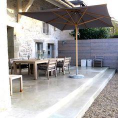 Taches sur terrasse: 2 càs de percarbonate de soude par litre d'eau et grosse brosse.