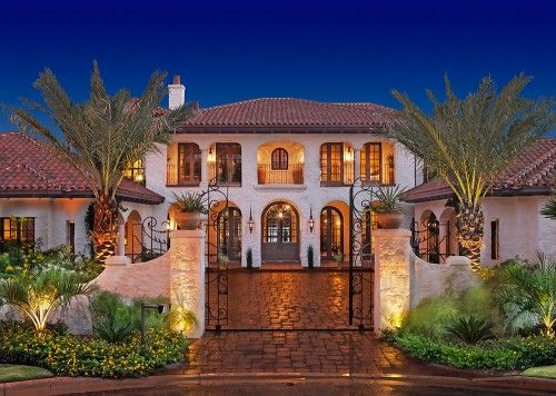 If I lived in Florida... maybe even Arizona... I could get away with this home. I just love how Tuscan it is. But I live in the midwest so... hehe i'll just enjoy this photo