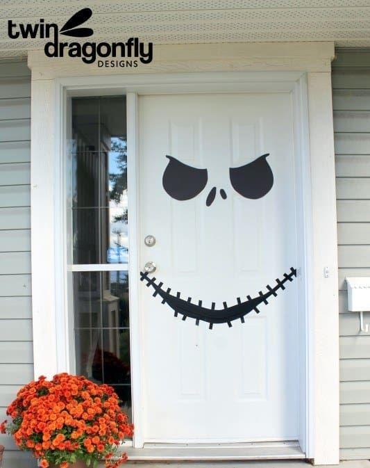 14 Sencillas Y Estilosas Ideas Para Decorar Tu Casa Con Un Toque De Halloween Decoracion De Halloween Puerta De Halloween Decoracion De Halloween Diy