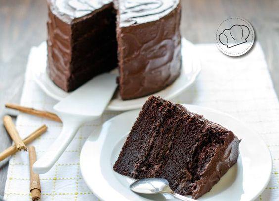 """Si una receta de tarta de chocolate hace honor a su nombre es ésta. La Devil's Food cake, la """"comida del diablo"""". Y es que es la tarta ideal para romper la operación bikini. Esa tentación maravillosa que te hace pecar una y otra vez. Seguro que recordáis el pastel blanco (white cake), esa tarta...Read More »"""