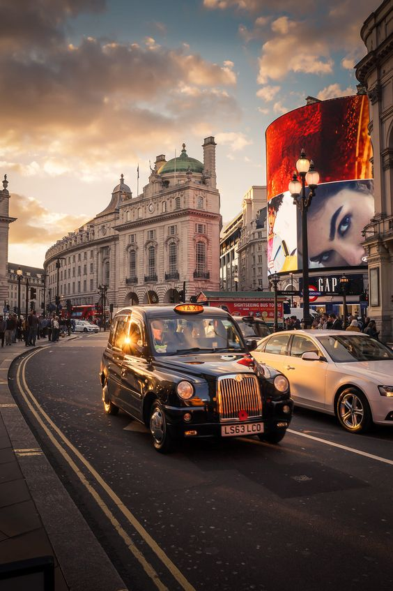 London taxi in Piccadilly Circus