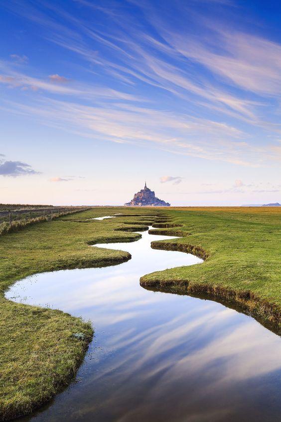 Magnifique vue du #Mont-Saint-Michel et de ses marécages ! #Normandie