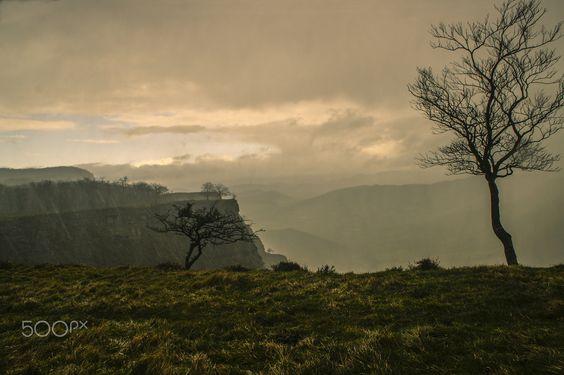 Tormenta: - El monumento natural del Monte Santiago es un parque natural situado en la zona oriental de Sierra Salvada, en la comarca burgalesa de Las Merindades, en el límite con la provincia de Álava y el enclave vizcaíno de Orduña.  Situado en torno a los 900 m de altitud, se distinguen dos ecosistemas principales: un frondoso bosque de hayas, y amplios brezales salpicados de matorral bajo, típicos de la meseta castellana.  Son especialmente importantes las poblaciones de buitres y…