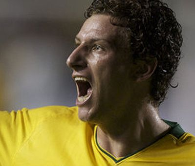 ELANO ........................... Born: June 14, 1981 (age 31), Iracemápolis, São Paulo Height: 1.70 m Team: Grêmio Foot-Ball Porto Alegrense (#7 / Midfielder) Spouse: Alexandra Blumer Salary: 4.2 million BRL (2012)