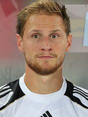 Benedikt Höwedes 2012 (cropped).jpg